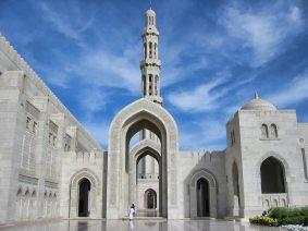 sultan-qaboos-grand-mosque-in-muscat-oman-arch
