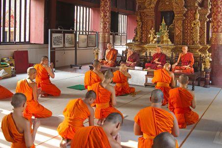 Monks_in_Wat_Phra_Singh_-_Chiang_Mai